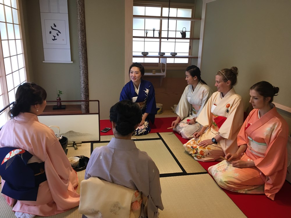 茶道・着付けなど講師を招いての日本文化体験スペース