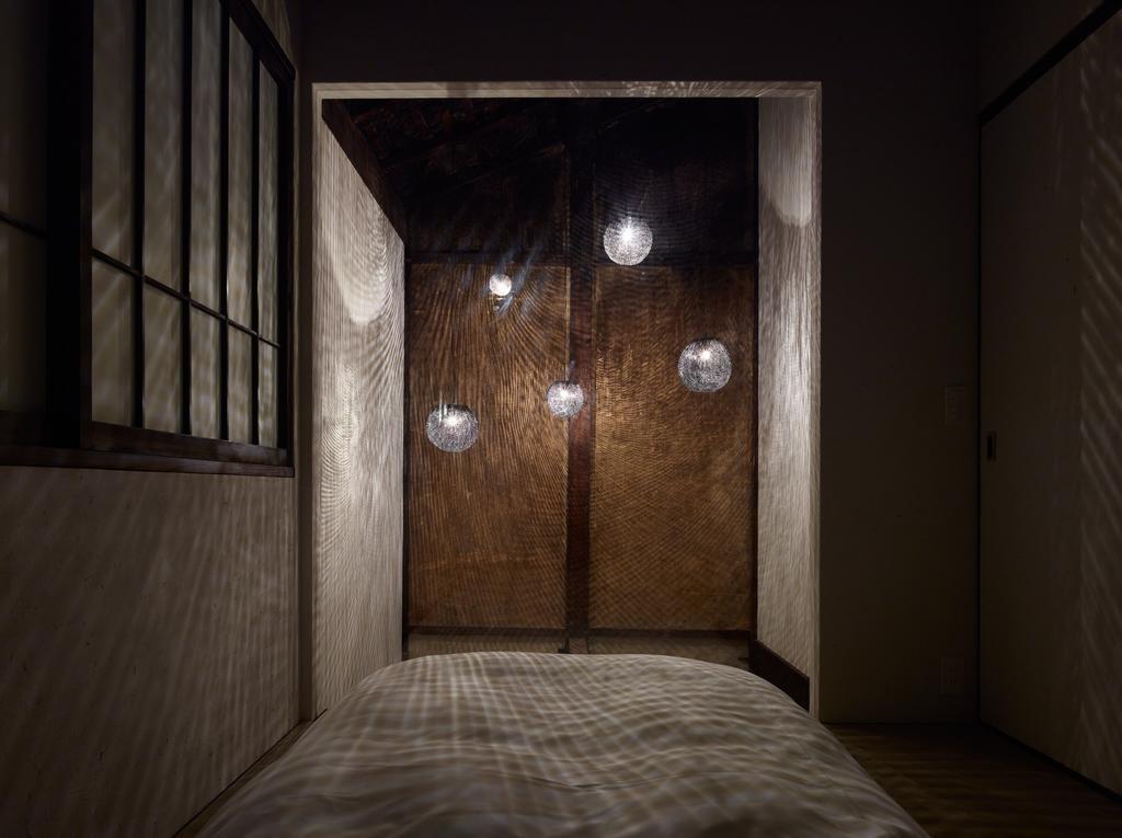 2階副寝室と土間の吹き抜けにかかるオリジナル照明