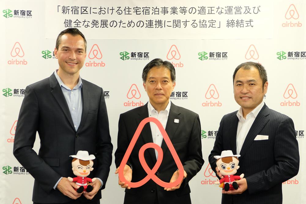 左:Airbnb共同創業者兼CSO・Airbnb China会長 ネイサン・ブレチャージク氏/中央:吉住健一新宿区長/右:Airbnb Japan 株式会社代表取締役 田邉泰之氏