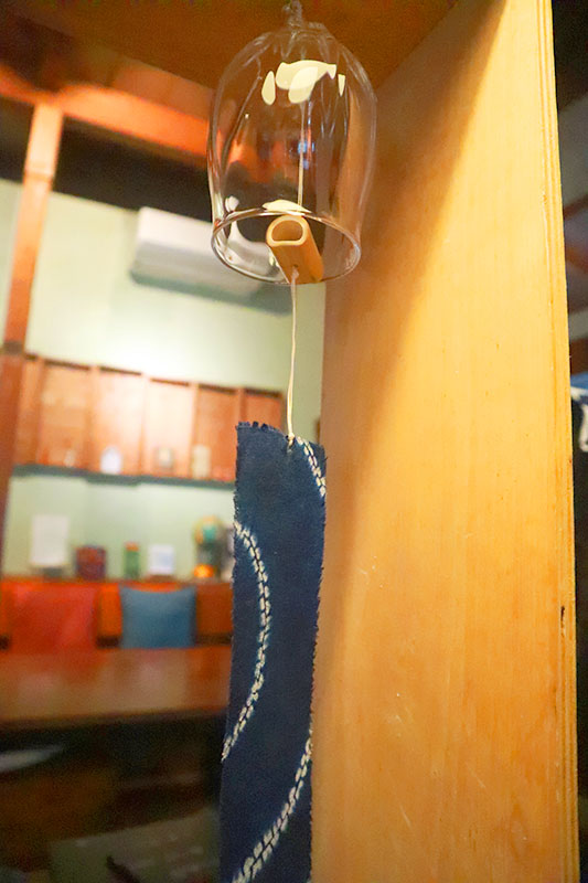 販売を目的に作ったものではない。この風鈴は、吹きガラス工房 Magma Glass Studioの地元で有名なガラス職人とのコラボレーションで生まれたものだ。竹の鳴り子は竹田市の自慢の財産だ。鳴り子から吊るされた藍色の短冊は、古い浴衣を裁断したもので、再利用の証でもある。 ホステル cueのメンバーたちは、自社の製品が社会にもたらすポジティブな影響を強く意識している