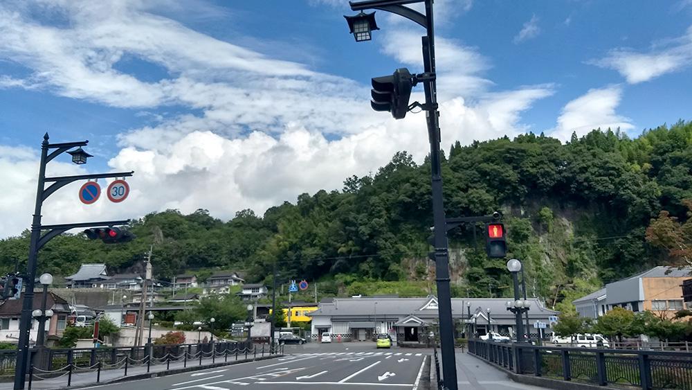 豊後竹田駅。バックには、緑と空。条件が揃うと、竹田市はこの上ないと思えるほどの景色と天候を恵んでくれる。「今日はどんなことが起こるのだろう」と思わずにはいられない