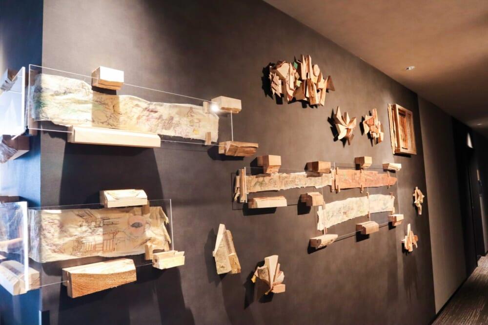 カンナで削られた木の端材を使ったアート